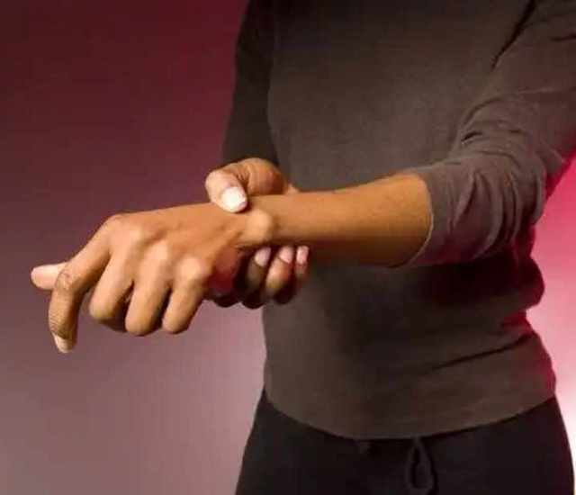 Болит кисть руки: причины, первая помощь и лечение