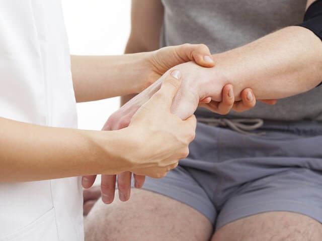 Перелом кисти: симптомы, первая помощь и лечение