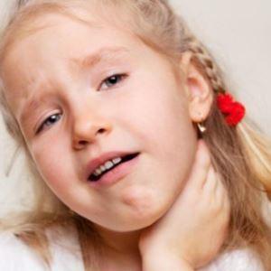 Почему у ребенка болит шея и что с этим делать
