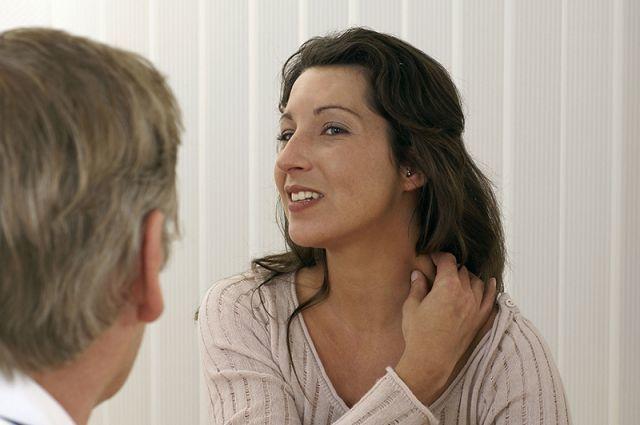 Больно поворачивать шею: причины и способы лечения