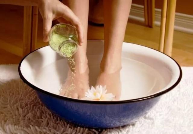 Крутит ноги — симптомы, причины и способы лечения