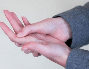 Гигрома на ладони: причины, симптомы и лечение