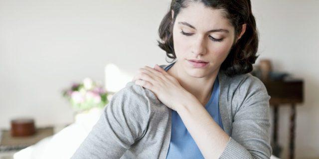 Почему болит плечо после сна: причины и первая помощь