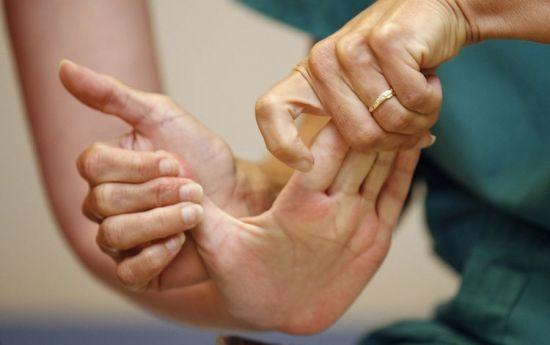 Растяжение кисти руки: лечение в домашних условиях