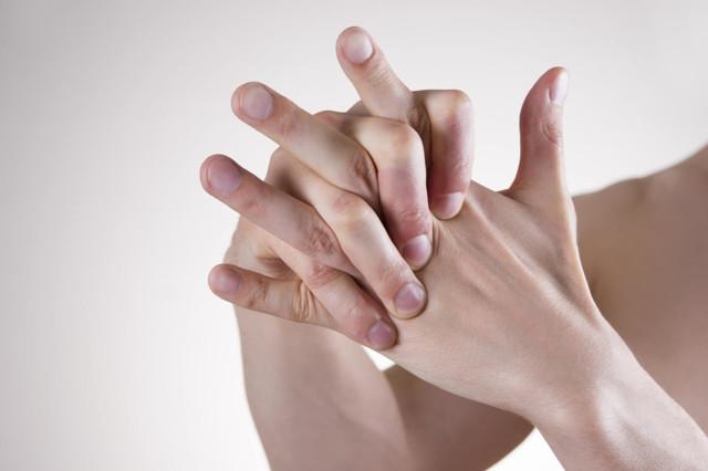 Почему хрустят пальцы на руках