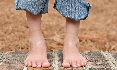 У ребенка болит пятка: причины, лечение и профилактика