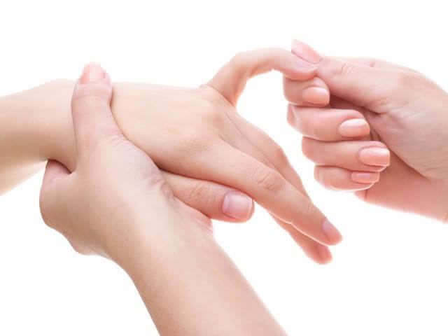 Перелом мизинца на руке: признаки, лечение и реабилитация