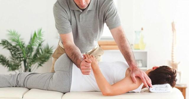 Мануальный массаж позвоночника: методика, противопоказания и виды