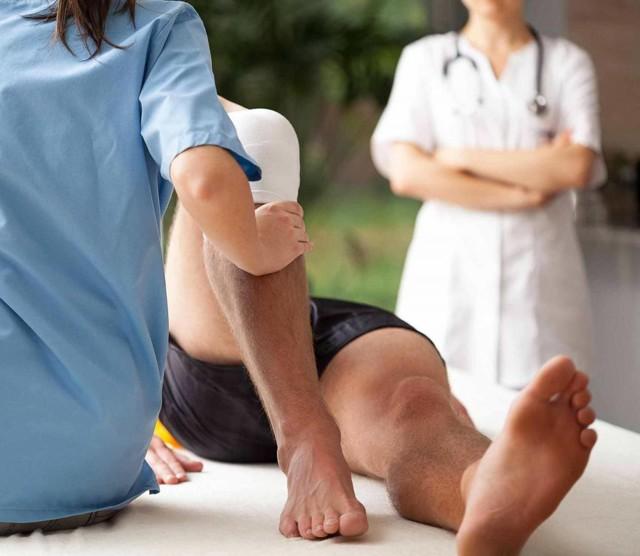 Перелом голени: виды, симптомы, первая помощь и лечение